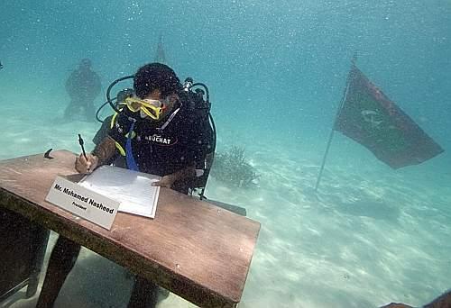 Foto Ap. Il governo delle Maldive si è riunito sott'acqua per protestare contro il surriscaldamento della Terra che, in meno di cento anni, potrebbe far scomparire le isole. Nella foto President Nasheed.
